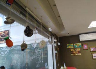 móbile de xícaras decora ambiente