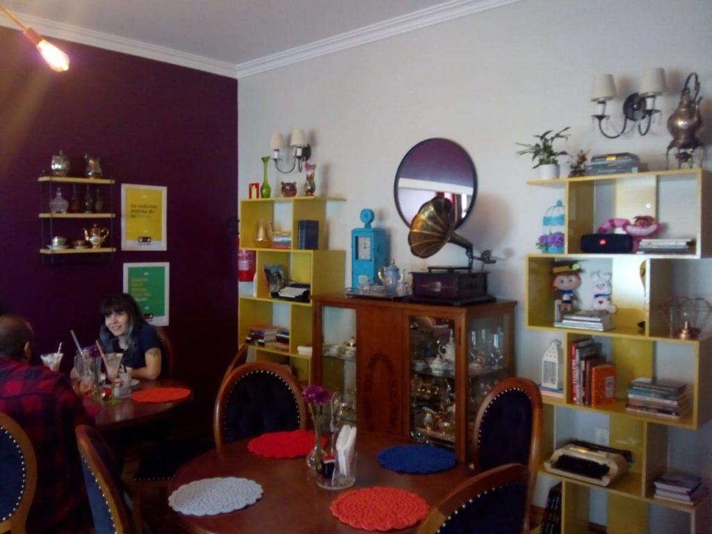 Foto de uma quarto com referências à era Vitoriana com um toque contemporâneo